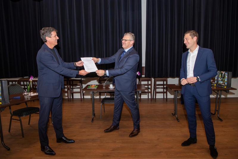 Jacco Vonhof reikt de MKB-Lastenscan uit aan Hardenberg